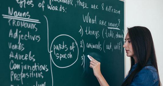 Zbliża się Dzień Nauczyciela 2021. Święto przypadające na 14 października ma bardzo długą i bogatą historię, która rozpoczyna się już w 1773 roku. Co kupić nauczycielom i wychowawcom z okazji tego wyjątkowego dnia? Podpowiadamy w naszym tekście.