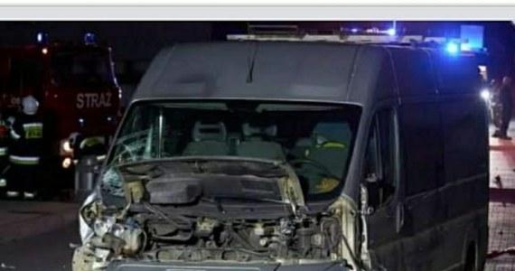 Dwóch chłopców w wieku 12 i 13 lat, jadąc razem jedną hulajnogą elektryczną, wyjechało z drogi podporządkowanej prosto pod samochód. Obaj z ciężkimi obrażeniami ciała zostali przetransportowani do szpitala w Krakowie.