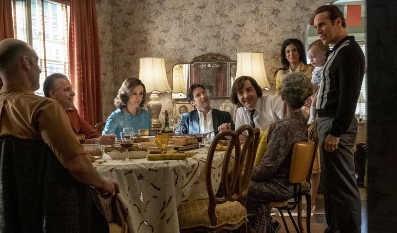 """""""Wszyscy święci New Jersey"""" - wyczekiwany prequel przełomowego i nagradzanego serialu """"Rodzina Soprano"""" - 29 października zadebiutuje na ekranach polskich kin. Pojawił się właśnie polski zwiastun produkcji, w której w głównej roli zobaczymy Michaela Gandolfiniego."""