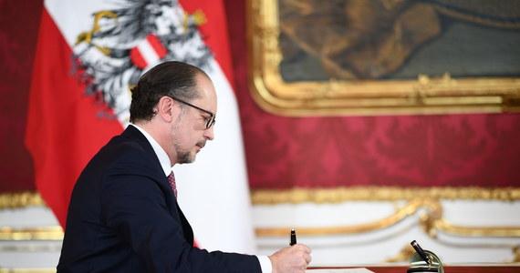 Alexander Schallenberg, polityk Partii Ludowej (OeVP), został zaprzysiężony na stanowisko kanclerza federalnego w poniedziałek o godz. 13. Dwa dni wcześniej z funkcji kanclerza zrezygnował Sebastian Kurz, na którym ciążą zarzuty korupcyjne.