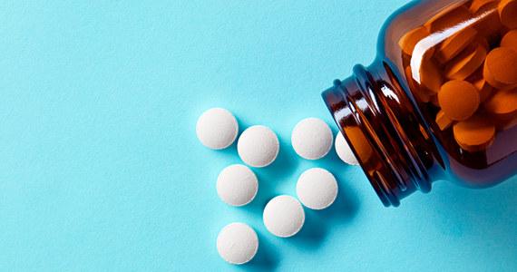 Merck & Co. oraz partner firmy Ridgeback Biotherapeutics LP wystąpili o zezwolenie na awaryjne użycie molnupiraviru w USA, zwiększając szansę tabletki na zostanie pierwszym doustnym lekiem przeciwwirusowym na Covid-19 - podała w poniedziałek agencja Bloomberg.