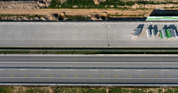 Od wtorku łatwiejszy będzie przejazd budowaną autostradą A1 w woj. łódzkim. W godzinach południowych ma zniknąć ostatnie wąskie gardło w postaci tymczasowego ronda w Kamieńsku. Ruch na całej powstającej trasie ma odbywać po dwóch pasach w obie strony.