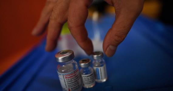 Obecnie certyfikaty z tytułu szczepienia trzecią dawką nie są jeszcze generowane. Wszystkim szczepionym dawką przypominającą podawany jest proparat Comirnaty Pfizer-BioNTech - niezależnie od rodzaju szczepionki przyjętej wcześniej podczas szczepienia podstawowego pierwszą i drugą dawką.