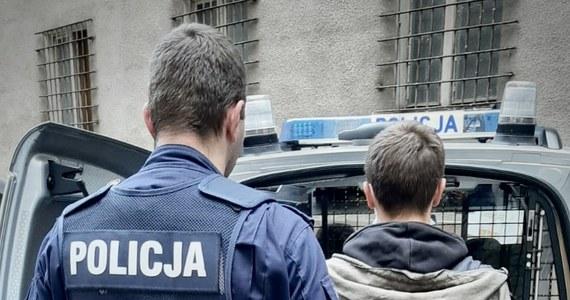19-letni mieszkaniec Piły (woj. wielkopolskie) postanowił spełnić groźby, które kierował już wcześniej wobec swojej matki; w ub. czwartek oblał benzyną drzwi jej mieszkania, a później je podpalił. Podczas akcji gaśniczej ewakuowano 30 osób. Mężczyzna trafił do aresztu.