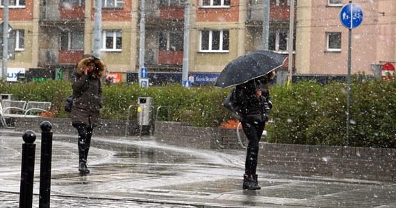 We wtorek w całym kraju spodziewane są opady deszczu lub deszczu ze śniegiem, a w wysokich partiach gór śniegu - zaznacza Grażyna Dąbrowska, synoptyk Instytutu Meteorologii i Gospodarki Wodnej. Z kolei najnowszej eksperymentalnej prognozy długoterminowej wynika, że listopad będzie bardziej deszczowy a pierwsze tygodnie nowego roku będą chłodniejsze niż zwykle i z opadami śniegu.