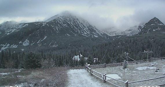 W Tatrach panują niekorzystne warunki do uprawiania turystyki. Na szczytach w nocy z poniedziałku na wtorek spadł śnieg. Na szlakach występują oblodzenia - ostrzega we wtorek Tatrzański Park Narodowy (TPN).
