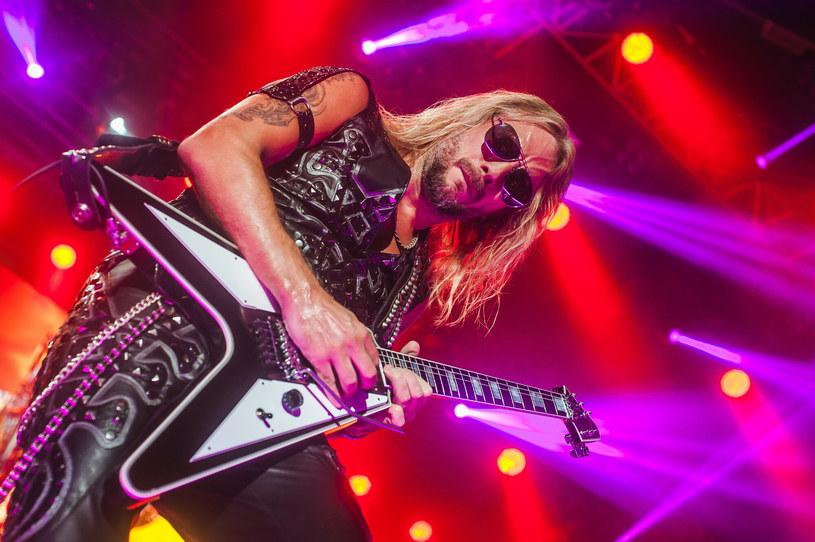 Richie Faulkner, gitarzysta brytyjskiej formacji Judas Priest, musiał przejść poważną operację. Podczas festiwalu Louder Than Life w Louisville w stanie Kentucky doszło do rozwarstwienia jego aorty z powodu tętniaka. Teraz podziękował lekarzom i przekazał nowe informacje.