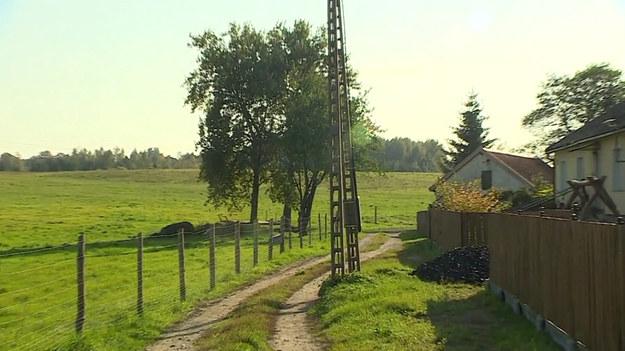 Słup energetyczny na środku drogi uprzykrza życie mieszkańcom Starego Kawkowa, niewielkiej wsi położonej na pograniczu Warmii i Mazur. Trudno przejechać obok niego maszynom rolniczym czy straży pożarnej, a objazd inną drogą zajmuje około 30 minut. Słup został źle postawiony, ale ani gmina, ani firma energetyczna nie chcą ponieść kosztów jego przeniesienia.