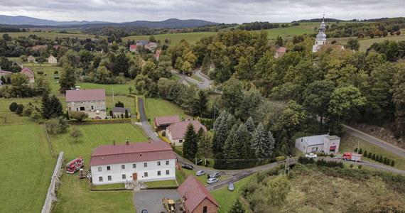 Tragedia we wsi Pomocne niedaleko Jawora na Dolnym Śląsku. Przy plebanii znaleziono ciało 54-letniego księdza.