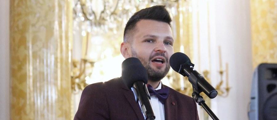 Dariusz Martynowicz, polonista pracujący w Małopolskiej Szkole Gościnności w Myślenicach, otrzymał tytuł Nauczyciela Roku 2021. Celem konkursu jest uhonorowanie nauczycieli cenionych przez uczniów, rodziców i społeczności lokalne.