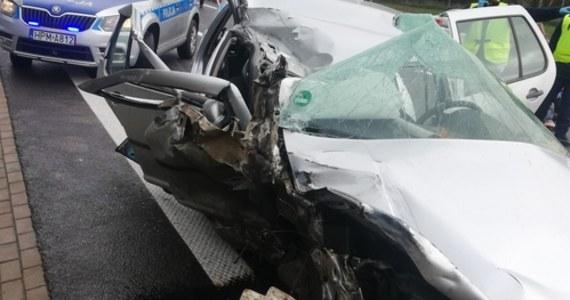 Jedna osoba zginęła, a trzy zostały ranne w wypadku, do którego doszło w Wasilkowie na drodze krajowej nr 19 na Podlasiu. W zdarzeniu brało udział auto osobowe, którym – według wstępnych informacji – podróżowali migranci. Jego kierowca nie zatrzymał się do policyjnej kontroli.