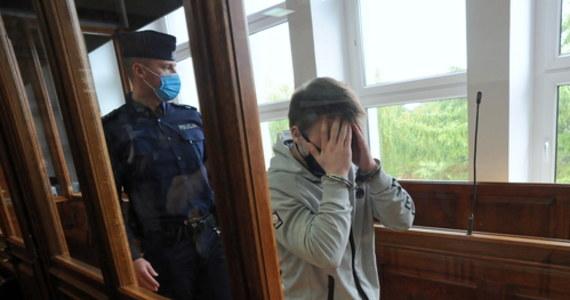 Sąd Okręgowy w Koszalinie skazał we wtorek 19-letniego Adriana W. na 15 lat więzienia za zabójstwo kolegi, 16-letniego Sebastiana J. Oskarżony był sądzony jak dorosły, choć w chwili popełniania zbrodni był niepełnoletni.