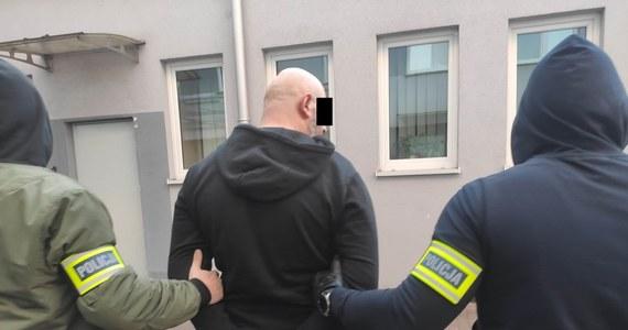 38-latek podejrzany o śmiertelne potrącenie 4-letniego chłopca i ucieczkę z miejsca wypadku usłyszał zarzuty. Zgodnie z nimi, grozi mu od 2 do 12 lat więzienia. Będzie też wniosek o jego tymczasowe aresztowanie – poinformował rzecznik Prokuratury Okręgowej w Gorzowie Łukasz Gospodarek.