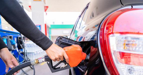 """Koncerny paliwowe obecne w Polsce znów podniosły hurtowe ceny paliw. Tylko w październiku metr sześcienny bezołowiowej benzyny 95 podrożał o ponad 100 złotych, oleju napędowego o ponad 200 złotych. Diesel może więc wkrótce być droższy niż benzyna. Ropa drożeje na całym świecie. """"Lepiej nie przyzwyczajać się do 6 złotych, tylko liczyć się z możliwością pojawienia się 7zł za litr benzyny na stacjach paliw"""" – mówi analityk sektora energetycznego, Wojciech Jakóbik z portalu Biznes Alert. Drożejące paliwa zaś napędzają rosnącą inflację."""