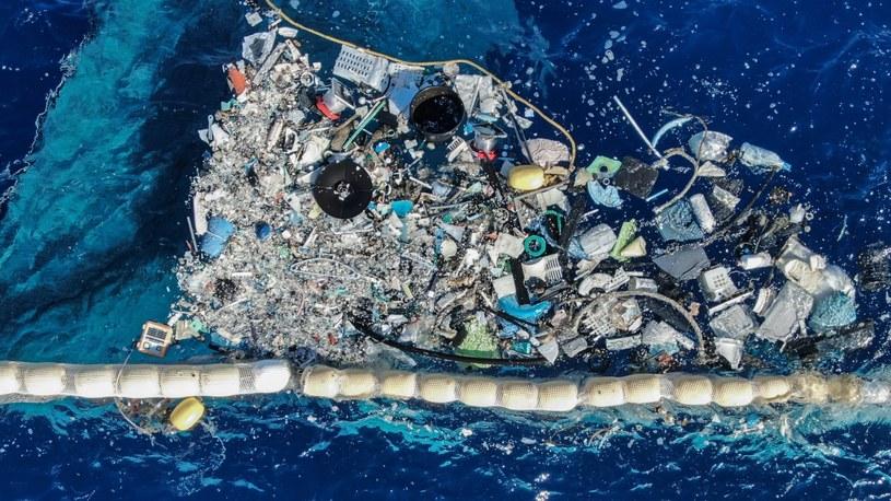 Projekt Ocean Cleanup rozpoczął sprzątanie Wielkiej Pacyficznej Wyspy Śmieci. Waży ona niewyobrażalne 120 tysięcy ton i ma powierzchnię ok. 1,6 miliona kilometrów kwadratowych, czyli blisko 5-krotnie większą niż Polska. Nie jest jedyną na wszystkich morzach i oceanach świata.