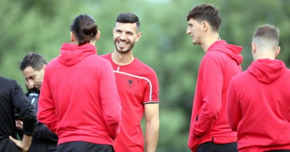 Pomocnik reprezentacji Albanii Klaus Gjasula z powodu pozytywnego wyniku testu na Covid-19 nie zagra w wieczornym meczu eliminacji mistrzostw świata z Polską w Tiranie - poinformowała tamtejsza federacja. Gospodarze wystąpią bez wielu czołowych piłkarzy.