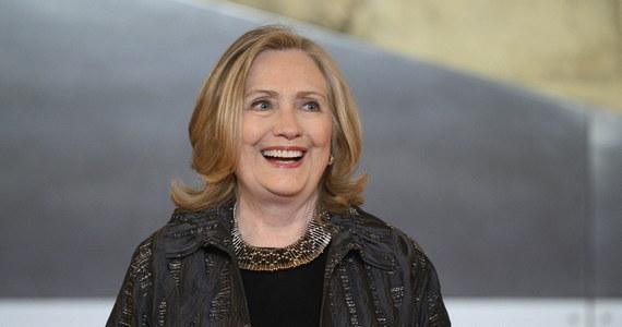 """Powieść """"State of terror"""" napisana przez byłą Pierwszą Damę USA Hillary Clinton oraz kanadyjską autorkę kryminałów Louise Penny trafiła do amerykańskich księgarń. Książka opowiada o działaniach fikcyjnej szefowej dyplomacji wobec globalnego spisku terrorystycznego."""
