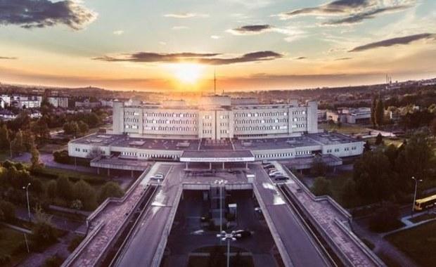 """Instytut """"Centrum Zdrowia Matki Polki"""" w Łodzi jest jednym z największych szpitali w kraju. Zajmuje się położnictwem, ginekologią i pediatrią. """"Matka Polka to przede wszystkim znany w całej Polsce ośrodek położniczy. Można powiedzieć, że wyszło od nas całkiem spore miasto. Od 1998 do końca 2020 roku odnotowaliśmy ponad 122 tysiące porodów. W tym okresie 8 razy na świat przyszły czworaczki, a 114 razy trojaczki!"""" – wylicza rzecznik placówki Adam Czerwiński."""