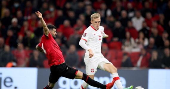 Polska pokonała 1:0 Albanię w meczu eliminacji piłkarskich mistrzostw świata. Spotkanie w Tiranie zostało przerwane tuż po zdobyciu gola przez Polaków - albańscy kibice zaczęli bowiem rzucać różnymi przedmiotami w polskich piłkarzy. Ostatecznie po kilkunastu minutach przerwy piłkarze wrócili na murawę. Dzięki zwycięstwu drużyna Sousy awansowała na drugie miejsce w grupie I.