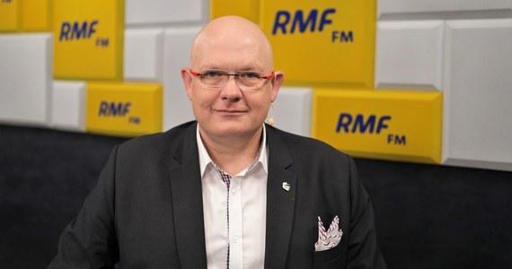 """""""Najważniejsze w sondażach jest to, że 30-40 proc. osób deklaruje, że nie pójdzie na wybory. Do tych ludzi trzeba dotrzeć. Bez nich wygranie wyborów, pokonanie PiS-u jest niemożliwe"""" – powiedział w Porannej rozmowie w RMF FM Michał Gramatyka. """"Jak będziemy opowiadać cały czas o 'politycznym nelsonie' pod tytułem - czy opozycja się zjednoczy? Czy będzie duopol? Czy będzie PiS - Platforma to w życiu tych ludzi nie przekonamy. Polska 2050 może ich przekonać"""" - zadeklarował poseł koła 2050."""