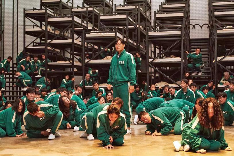 """""""Squid Game"""" został właśnie oficjalnie najpopularniejszym serialem w historii Netfliksa. Koreańska produkcja pobiła rekord """"Bridgertonów""""."""