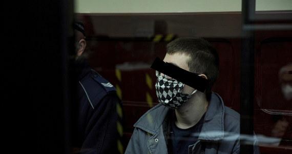 Przed świdnickim sądem rozpoczął się w środę proces 20-letniego Marcelego C, oskarżonego o zabójstwo ze szczególnym okrucieństwem swoich rodziców i młodszego brata. Do zabójstwa doszło w grudniu 2020 r. w Ząbkowicach Śląskich (woj. dolnośląskie).