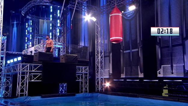 """Finał z Górą Midoriyama w tle. Igor Fojcik jako jedyny uczestnik w Polsce próbował wejść na jej szczyt. Zawodnikowi zabrakło dosłownie kilku sekund, by dołączyć do dziewięciu uczestników na całym świecie, którzy tego dokonali. 21-latek uzyskał tytuł Last Man Standing i zdobył 15 tysięcy złotych. Jak na tle zwycięzcy wypadli pozostali? Co dokładnie działo się w finale czwartej edycji """"Ninja Warrior Polska""""?"""