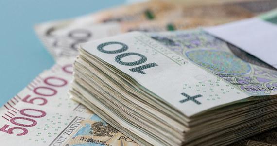 Mieszkanka Puław (lubelskie) otrzymała telefon z informacją, że wygrała 39 tys. zł. Warunkiem odebrania wygranej było przekazanie swoich numerów kart bankomatowych. W efekcie kobieta straciła ponad 13 tys. zł.