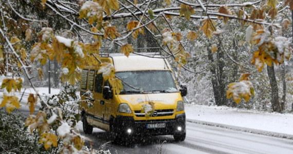 W Zakopanem i części Podhala spadł śnieg. Na razie jednak nie utrudnia kierowcom poruszania się po drogach. Synoptycy zapowiadają, że w ciągu dnia na Podhalu będzie padał deszcz ze śniegiem.