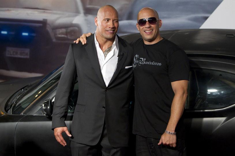 """O tym, że Dwayne Johnson i Vin Diesel nie potrafią znaleźć wspólnego języka, wiadomo od dawna. To właśnie konflikt gwiazdorów filmowej serii """"Szybcy i wściekli"""" doprowadził ponoć do rezygnacji """"The Rocka"""" z udziału w 9. części cyklu. Johnson, który w słynnym instagramowym nagraniu zarzucił koledze po fachu tchórzostwo, postanowił odnieść się do ich wieloletniego sporu. Aktor przyznał, że choć żałuje upublicznienia ostrych słów, zdania o Dieselu nie zmienił. """"To wywołało wtedy prawdziwą burzę. To nie był mój najlepszy dzień, nie powinienem był mówić o tym publicznie. Co nie zmienia faktu, że mówiłem poważnie i nie wycofuję się z tego"""" – podkreślił."""