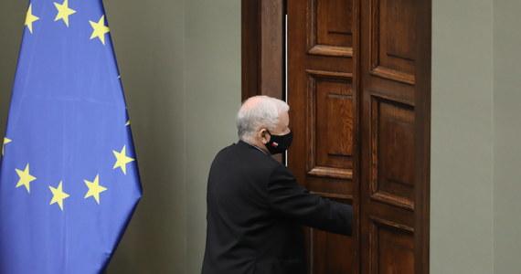 Na początku roku wicepremier, prezes PiS Jarosław Kaczyński zrezygnuje ze stanowiska w rządzie - wynika z ustaleń Polskiej Agencji Prasowej. Polityk miał przekazać informację podczas posiedzenia klubu parlamentarnego.