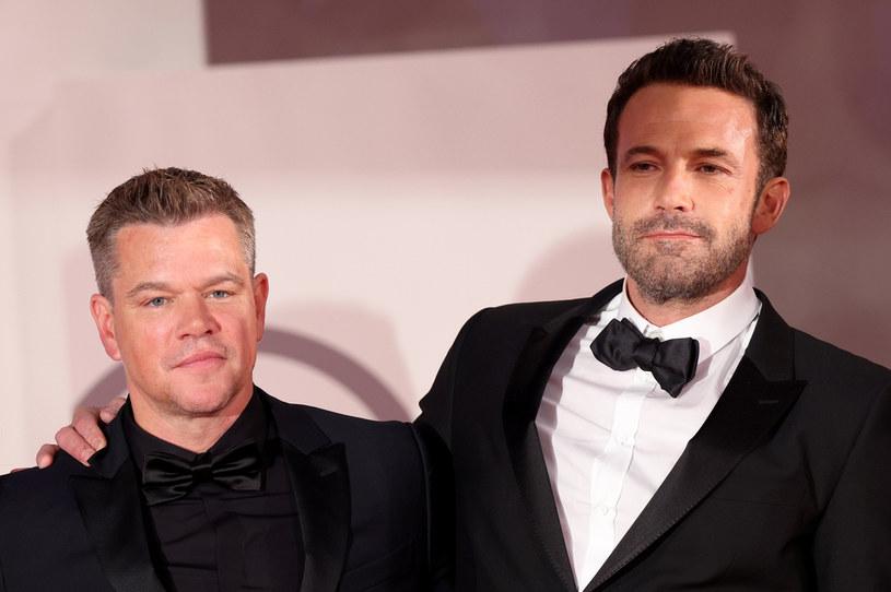 """Matt Damon i Ben Affleck grają główne role, a także są współscenarzystami najnowszego filmu Ridleya Scotta zatytułowanego """"Ostatni pojedynek"""". W wywiadzie dla magazynu """"Entertainment Tonight"""" zaprzyjaźnieni ze sobą gwiazdorzy przyznali, że całowali się na planie, ale scena została wycięta z filmu."""