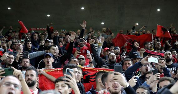 Międzynarodowa Federacja Piłki Nożnej (FIFA) wszczęła dochodzenie w sprawie incydentów na trybunach podczas meczów eliminacji mistrzostw świata Albanii z Polską w Tiranie oraz Anglii z Węgrami w Londynie.