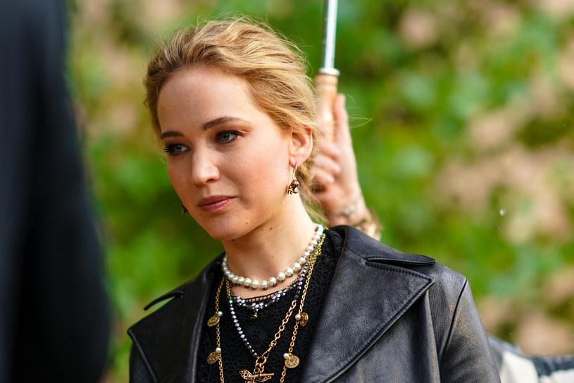 """Jennifer Lawrence zagra główną rolę w komedii """"No Hard Feelings"""", którą nakręci twórca serialu """"Biuro"""" Gene Stupnitsky. Za udział w projekcie aktorka ma otrzymać aż 25 milionów dolarów. Film wyprodukuje Sony, które walczyło o realizację obrazu z serwisami streamingowymi: Netflix i Apple."""