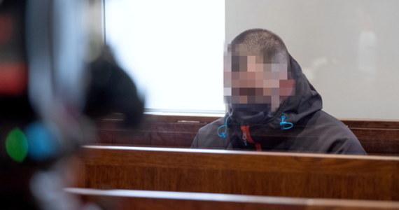 Bielski sąd okręgowy skazał na 25 lat więzienia Piotra Sz., który zamordował żonę w ciąży. O wcześniejsze zwolnienie będzie mógł się ubiegać po 20 latach. Do zbrodni doszło jesienią 2019 roku. Pracujący wówczas w straży miejskiej 35-latek udusił kobietę, która była w szóstym miesiącu ciąży. Wcześniej między małżonkami doszło do awantury.