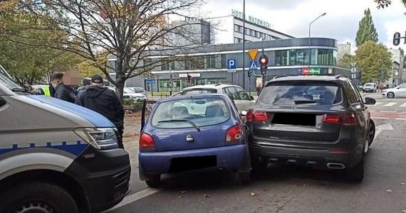 Niezatrzymanie się do kontroli, jazda pod prąd, z niedozwoloną prędkością, uszkodzenie trzech pojazdów - to tylko kilka wykroczeń, jakich dopuścił się 18-latek, którego po pościgu ulicami Łodzi zatrzymała policja. Okazało się też, że mężczyzna nie ma uprawnień do kierowania.