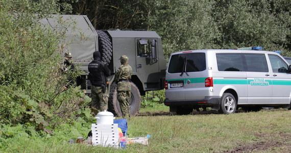 Od kilku dni funkcjonariusze obecni na granicy z Białorusią informują migrantów przez megafon, że za jej nielegalne przekroczenie grozi kara – powiedziała rzeczniczka straży granicznej ppor. Anna Michalska. Wiadomości przekazywane są po angielsku, francusku, arabsku oraz persku.