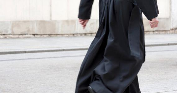 Przed lubelskim sądem zapadł prawomocny wyrok w sprawie ks. Wiesława C. skazanego za prezentowanie treści pornograficznych 14-latce i nakłanianie dziewczynki do przesyłania zdjęć intymnych części ciała.