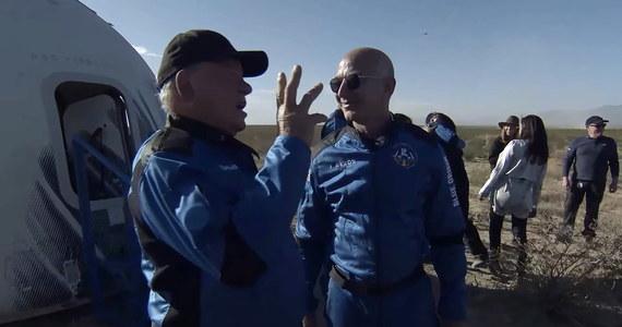 """Kanadyjski aktor William Shatner, filmowy Kapitan Kirk z serialu """"Star Trek"""", dotarł do granicy przestrzeni kosmicznej na pokładzie kapsuły New Shapard wyniesionej przez rakietę Blue Origin. 90-letni Shatner stał się w ten sposób najstarszym uczestnikiem lotów kosmicznych. Kanadyjczyk poleciał na wysokość ponad 100 km z trojgiem innych cywilnych pasażerów kapsuły wyniesionej w kosmos przez rakietę Blue Origin."""