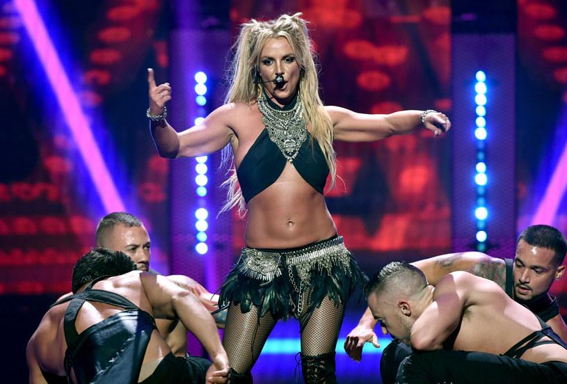 """Jamie Lynn Spears, młodsza siostra słynnej piosenkarki, podzieliła się na Instagramie informacją, że właśnie ukończyła prace nad książką zatytułowaną """"Things I Should Have Said"""". Jak zdradziła, jest to zapis jej historii, który w dużej mierze koncentrować się będzie na jej problemach ze zdrowiem psychicznym. Tę informację szybko skomentowała jej starsza siostra Britney."""