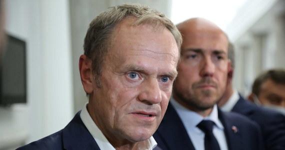 Klub KO będzie przeciw specustawie ws. budowy zapory na granicy z Białorusią - powiedział lider PO Donald Tusk. Ocenił, że intencją władzy jest wydanie blisko 2 mld zł bez żadnej kontroli. Będziemy oczekiwali realnych działań na rzecz uszczelnienia granic - podkreślił.