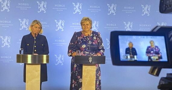 Ustępująca premier Norwegii Erna Solberg oświadczyła, że przekaże dziś w sposób sprawny władzę swojemu następcy mimo ataku, do jakiego doszło wczoraj wieczorem w mieście Kongsberg pod Oslo. Zatrzymany przez policję mężczyzna jest podejrzany o zabicie pięciu osób oraz ranienie dwóch od strzałów z łuku.