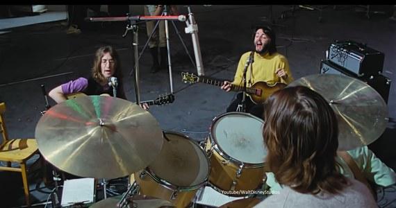 """Walt Disney opublikował zwiastun wyczekiwanego dokumentu Petera Jacksona o The Beatles. """"The Beatles: Get Back"""" pokazuje sesję nagraniową z 1969 roku, podczas której zespół próbował napisać 14 piosenek - przed pierwszym koncertem po dwuletniej przerwie."""