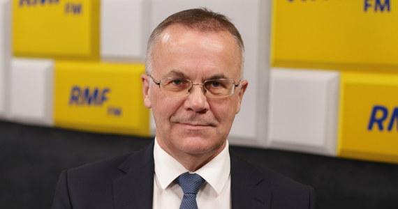 """""""Kierujemy się zasadą, że instytucje kultury, które są nam podległe, kierują się pewną autonomią działania. Jeżeli mają jakiś program grantowy, to go uruchamiają, powołują grupę ekspertów, oceniają wnioski, i decydują o tym, kto spełnia wymogi"""" - powiedział w Porannej rozmowie w RMF FM wiceminister kultury Jarosław Sellin odpowiadając na pytania o finansowanie stowarzyszeń i ruchów narodowościowych, m.in. """"Marsz Niepodległości"""", czy """"Straż Narodowa"""", związane z Robertem Bąkiewiczem."""
