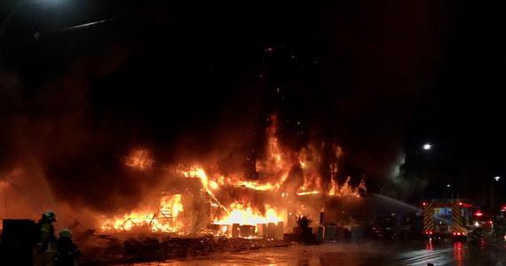 W nocy ze środy na czwartek w jednym z budynków w Kaohsiungu, mieście na południu Tajwanu, wybuchł pożar, w którym do tej pory potwierdzono śmierć co najmniej 12 osób, a kolejne 14 nie wykazuje funkcji życiowych. Władze obawiają się, że mogło zginąć nawet 40 osób. 41 osób ze średnimi i lekkimi obrażeniami trafiło do szpitala. Nadal poszukuje się osób, które mogą być uwięzione w budynku.