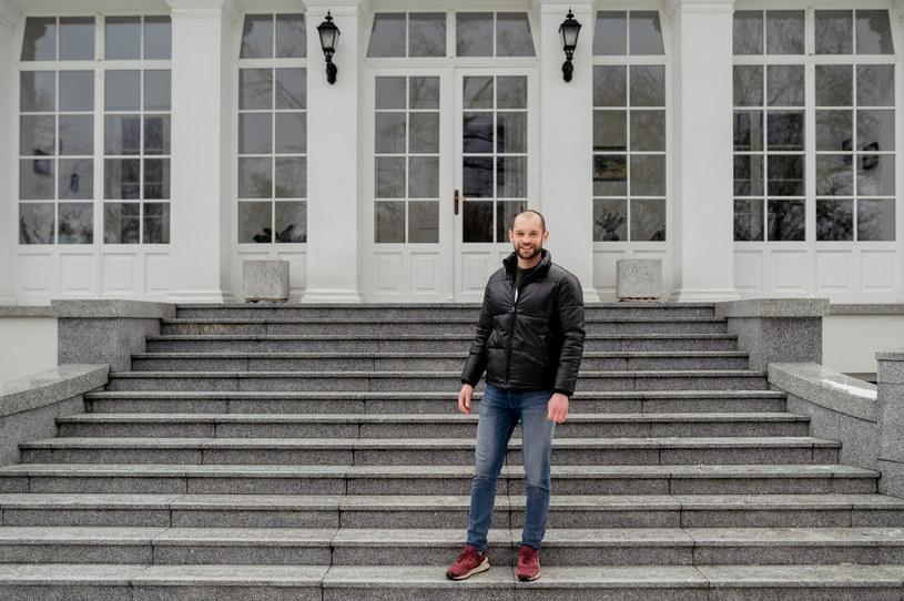 """26-letni Stanisław z ósmej edycji programu """"Rolnik szuka żony"""" wzbudza sporo emocji. Jest młody, przystojny i """"wybredny"""" - jak sam o sobie mówi. Jest również człowiekiem majętnym, o czym może świadczyć jego wielka rezydencja. Ten dom robi wrażenie!"""