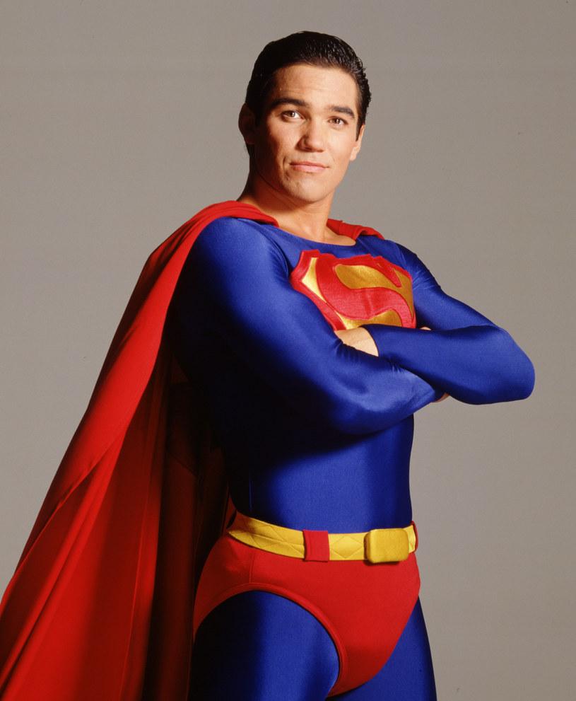 """W piątym wydaniu serii komiksów DC Comics """"Superman: Son of Kal-El"""", która śledzi losy Jonathana Kenta, syna Clarka Kenta i Lois Lane, główny bohater okaże się biseksualistą i zakocha się w swoim przyjacielu. Ten zwrot akcji budzi mieszane uczucia u Deana Caina, aktora, który w latach 90. wcielał się w herosa w niebieskim trykocie w serialu """"Nowe przygody Supermana"""". Uważa on, że jest to ze strony twórców komiksu zwykły koniunkturalizm."""