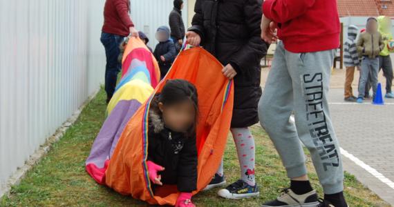 """Nastolatki, które zostały zatrzymane przez straż graniczną za nielegalne przekroczenie polskiej granicy, jeśli nie są pod opieką dorosłych, ze strzeżonego ośrodka dla cudzoziemców trafiają do domów dziecka. W tym roku do domu dziecka w Kętrzynie trafiło 49 takich dzieci - wszystkie z niego uciekły. """"Ta młodzież nie kryje, że Polska nie jest ich celem. że chcą się dostać do Europy Zachodniej"""" - powiedziała dyrektor placówki Bożena Biegańska-Wójtowicz."""