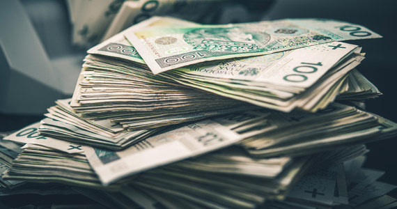35-letni mieszkaniec gminy Puchaczów na Lubelszczyźnie znalazł przy drodze saszetkę, a niej w niej 100 tysięcy złotych. Zawiózł ją na policję. W środku były też dokumenty, dzięki którym mundurowi szybko dotarli do właściciela.