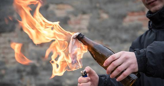 41-latek rzucił koktajlem Mołotowa w kierunku jednego z pracowników restauracji w Jeleniej Górze i strzelił z przedmiotu przypominającego broń pneumatyczną w innego. Sprawcy, który omal nie doprowadził do pożaru, może grozić do 10 lat więzienia.